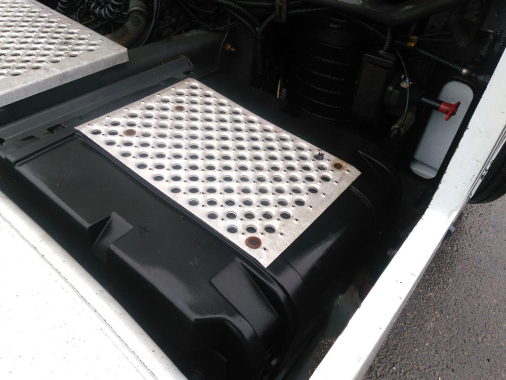 Крышка аккумуляторного отсека Renault MAGNUM 2002 - фото